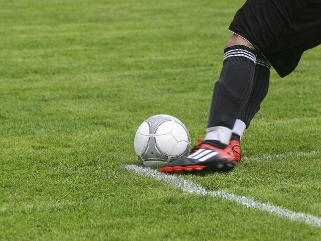 Un fotbalist in varsta de 25 de ani a murit pe teren dupa ce a fost lovit cu mingea in piept