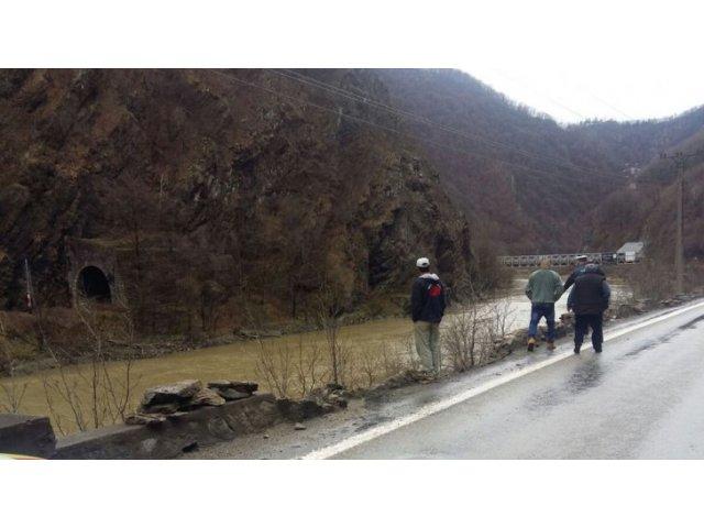 O masina a cazut in Olt. Fetita de 13 ani, scoasa in stare grava din apa, parintii au murit / VIDEO