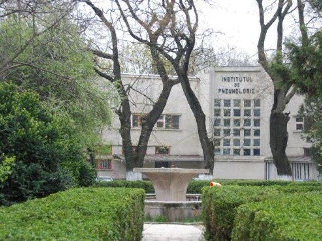 """Protest in Capitala. Zeci de angajati ai Institutului de Pneumoftiziologie """"Marius Nasta"""" s-au strans miercuri in curtea spitalului"""