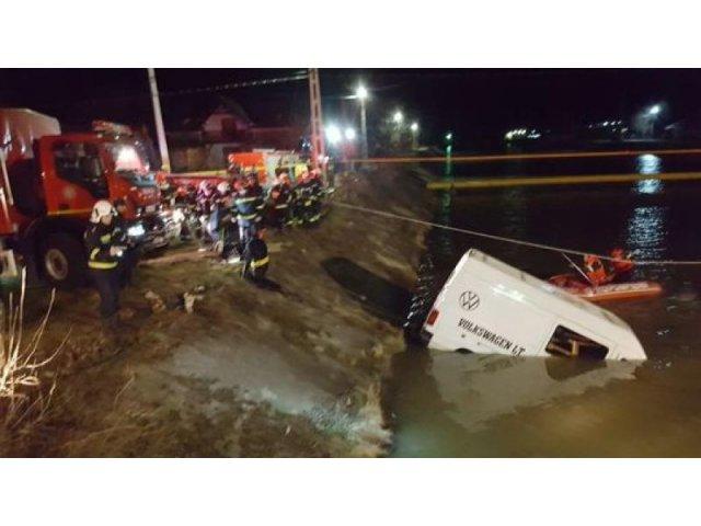Un microbuz cu muncitori a cazut in raul Bistrita. 9 oameni au murit