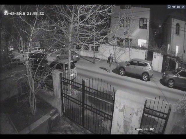 Primele imagini de pe camerele de supraveghere cu barbatul care a incendiat opt masini in Capitala