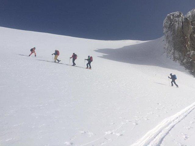 Trei turisti care s-au pierdut in Muntii Fagaras sunt cautati cu elicopterul de salvamontisti