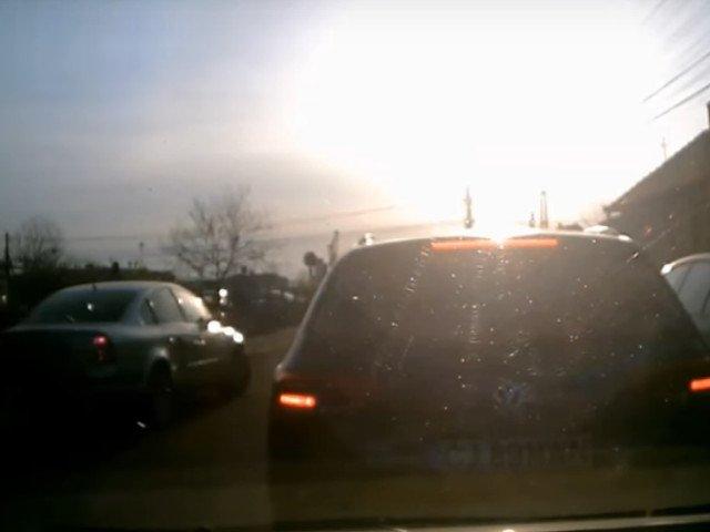 Lectia primita de un sofer care a incercat sa depaseasca coloana de masini / VIDEO