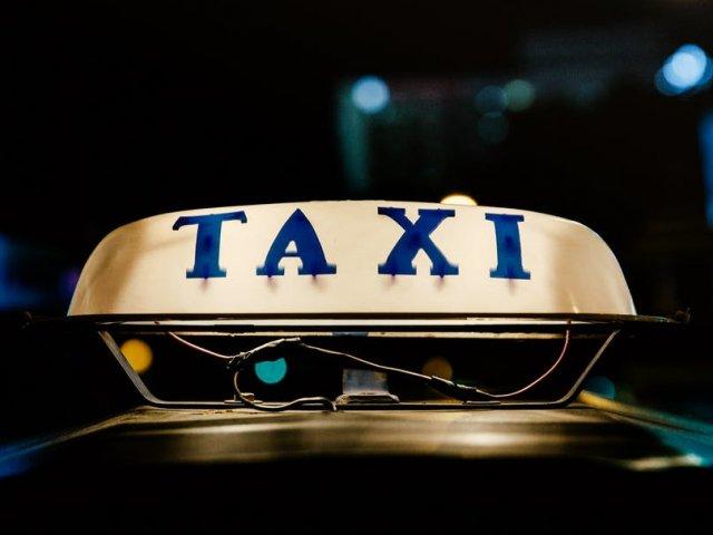 Un sofer de taxi si pasagerul acestuia au fost implicati intr-un atac cu sabia
