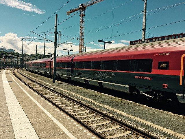 Coliziune intre doua trenuri in gara centrala din Salzburg, soldata cu zeci de raniti/ FOTO