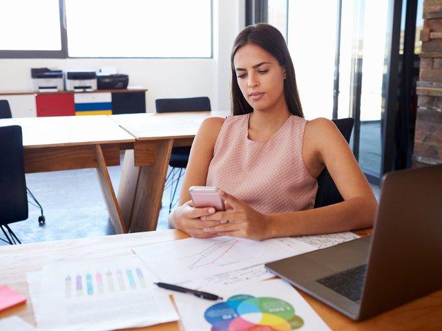 Cum sa fii mai productiv. 5 moduri in care poti folosi telefonul mobil pentru munca