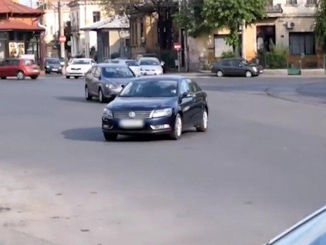 O femeie si-a parcat masina intr-o intersectie si a lasat-o acolo peste noapte / VIDEO