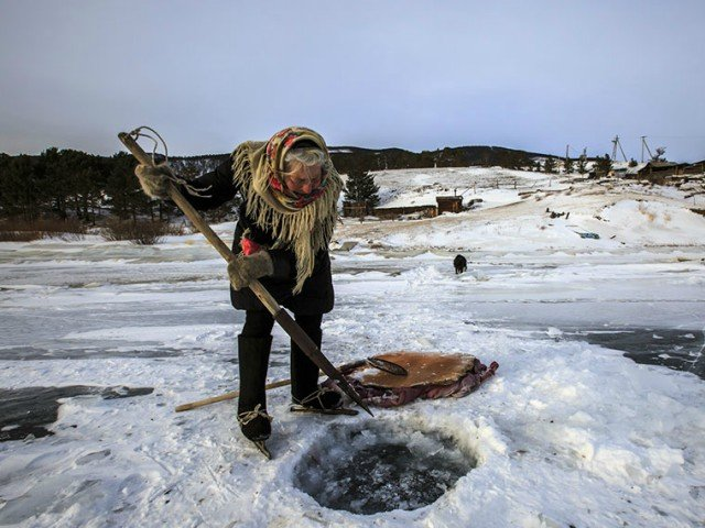 O batrana de 76 de ani traieste singura intr-o localitate siberiana si patineaza in fiecare zi