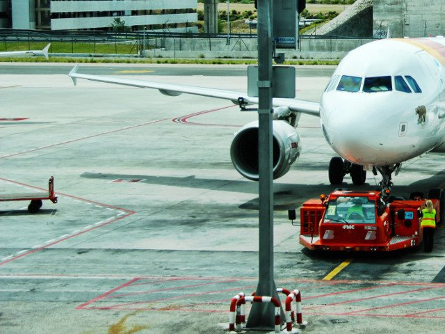 Amenda de 11.000 de dolari pentru un pasager care a actionat usa de urgenta a avionului