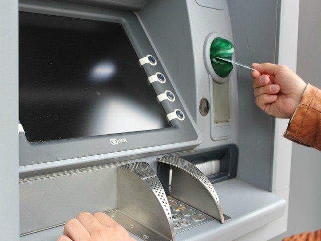 9 greseli de evitat cand retragi bani de la bancomat