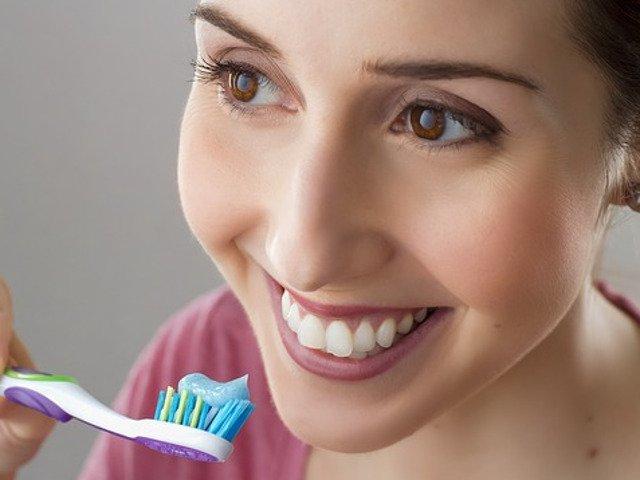8 greseli pe care sa NU le mai faci atunci cand te speli pe dinti