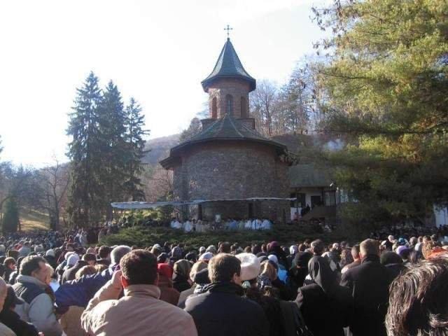 Obiecte de cult cu imaginea parintelui Arsenie Boca, ridicate de politisti din zona Manastirii Prislop