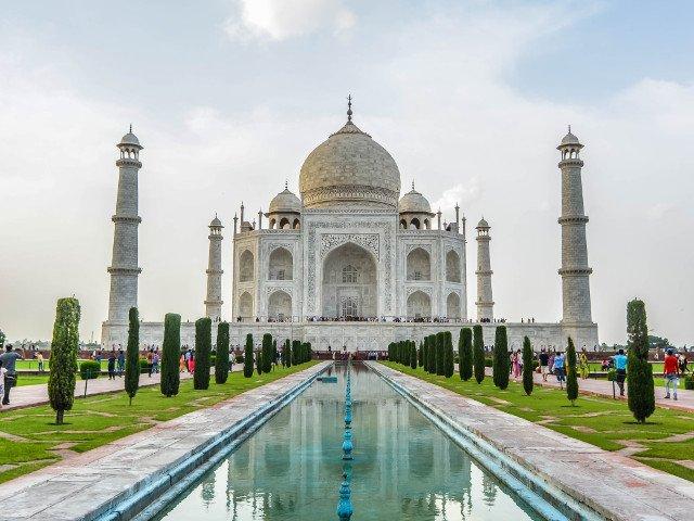 Taj Mahal capata nuante de galben si verde din cauza poluarii