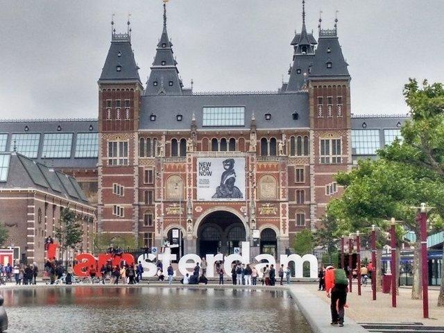 Amsterdam ameninta cu amenzi severe turistii prea petrecareti