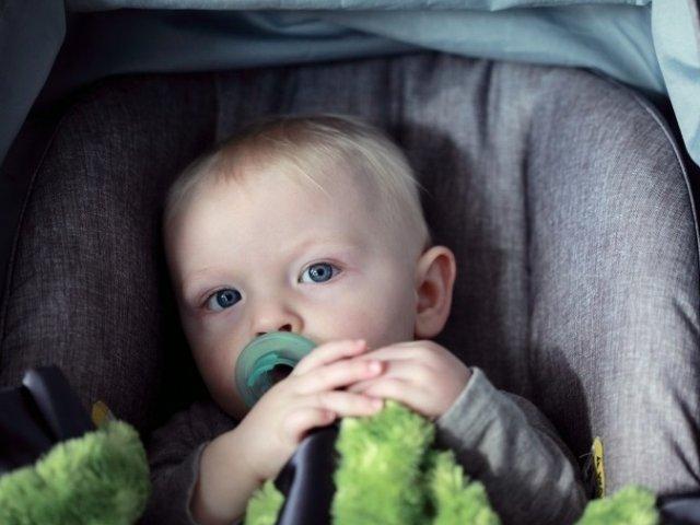 Studiu: Copiii lasati in masinile expuse la soare pot deceda in doar o ora