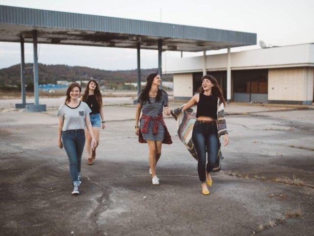 Sondaj: Peste jumatate dintre tinerii din Romania se simt fericiti in orasul in care locuiesc