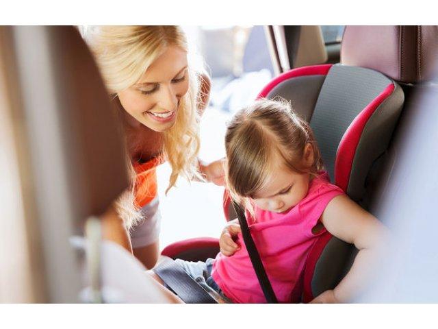 Studiu: 59% dintre parinti nu monteaza corect scaunul auto pentru copil