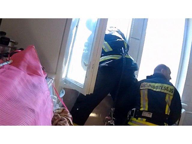 Timpul uimitor de reactie al unui pompier care a salvat o femeie de la sinucidere / VIDEO