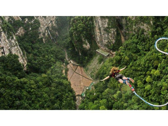 Pe podul de sticla din China se deschide cel mai inalt punct de bungee jumping