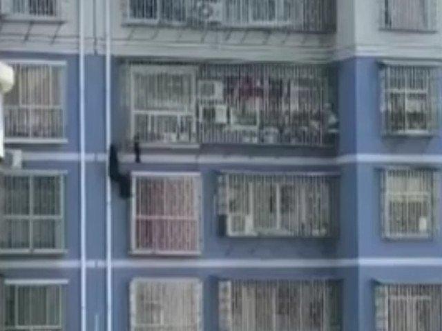 Un barbat din China s-a catarat pana la etajul 5 pentru a salva un copil/ VIDEO