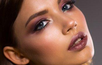 Ajuta la reglarea pH-ului pielii si trateaza acneea. 15+ utilizari ale otetului de mere
