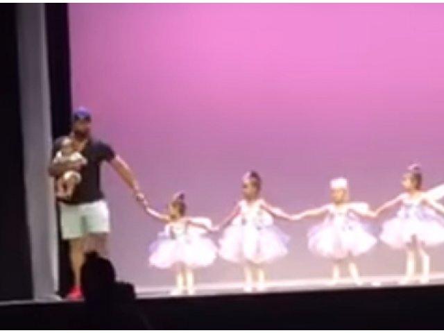 Un tata intervine pe scena si danseaza balet alaturi de fiica sa prea emotionata / VIDEO