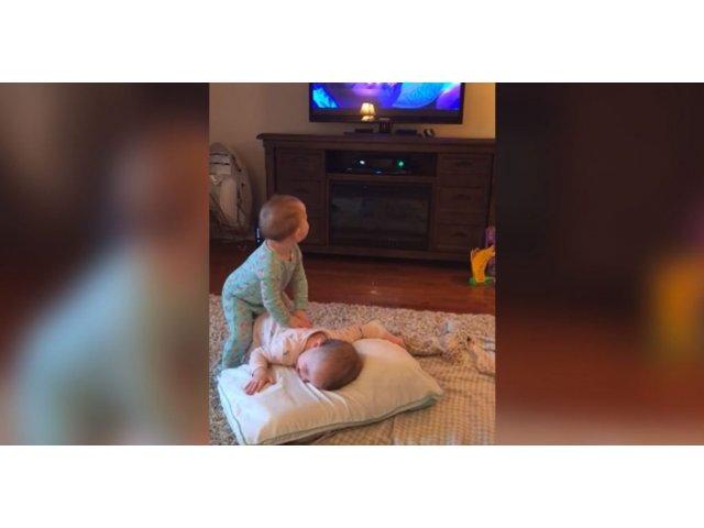 Surpriza de care a avut parte o mama, dupa ce si-a pus gemenii sa se uite la animatia Frozen / VIDEO