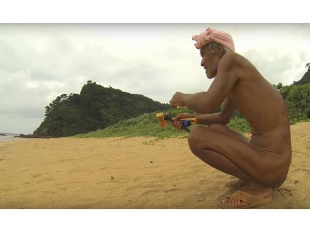 Un batran care a locuit izolat pe o insula 29 de ani, obligat sa revina in civilizatie
