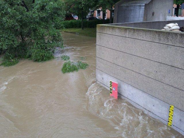 Cod rosu de inundatii. Persoane evacuate, drumuri blocate, interventii ale pompierilor pentru evacuarea apei