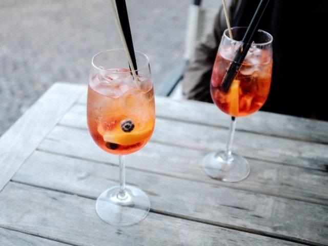 Studiu: Mai mult de o bautura alcoolica pe zi creste riscul de mortalitate si de cancer