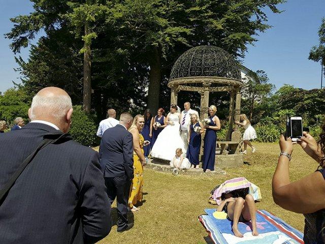 O femeie refuza sa lase mirii sa-si faca pozele de nunta, facand plaja exact langa ei