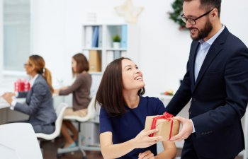 Cum sa alegi un cadou corporate pentru o femeie. 3 reguli pe care ar trebui sa le respecti