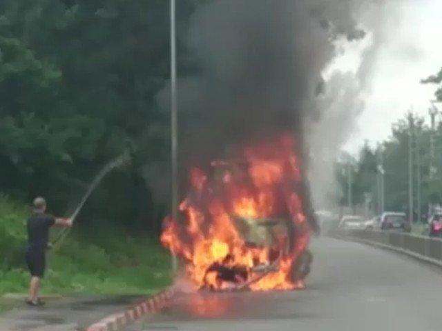 Un microbuz a luat foc pe Soseaua Pipera din Capitala