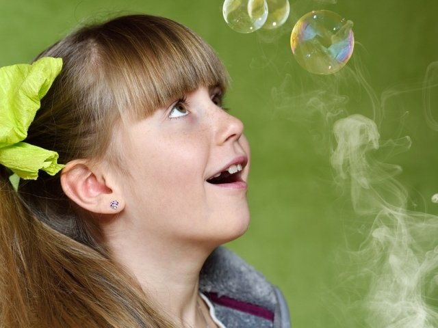 Studiu: Copiii expusi fumatului pasiv se confrunta cu un risc mai mare de a sforai