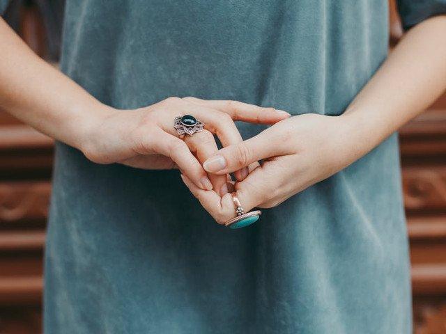Simptomul pe care sa nu-l mai ignori: 10 momente in care sa te ingrijorezi daca iti amortesc mainile