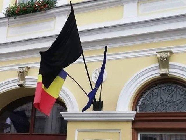 Steag negru arborat la Primaria Sfantu Gheorghe, de Ziua Imnului. Explicatia primarului