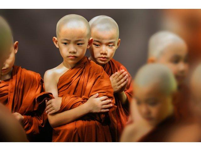 Thailanda: Tinerii salvati din pestera inundata au parasit un templu budist in care au rostit rugaciuni 11 zile