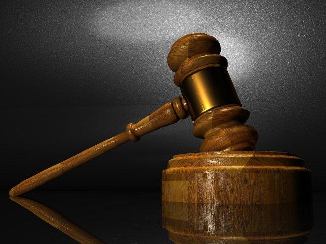 O femeie, condamnata la peste 12 ani de inchisoare pentru expunerea fiului ei la abuzuri sexuale impreuna cu partenerul