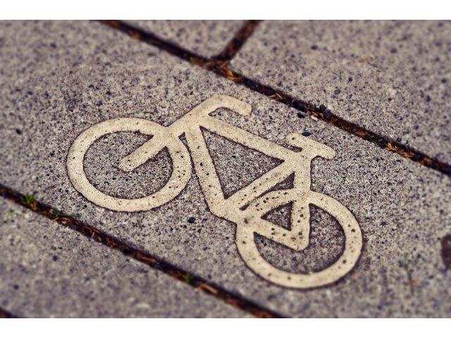 Un biciclist a decedat dupa ce s-a izbit de o ambulanta cu semnalele acustice si luminoase pornite
