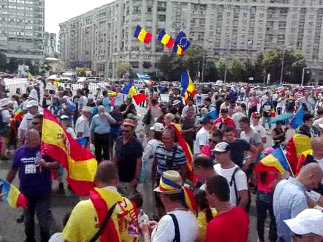 Miting Diaspora: Aproape 100.000 de persoane au fost in Piata Victoriei. Incidente intre jandarmi si protestatari