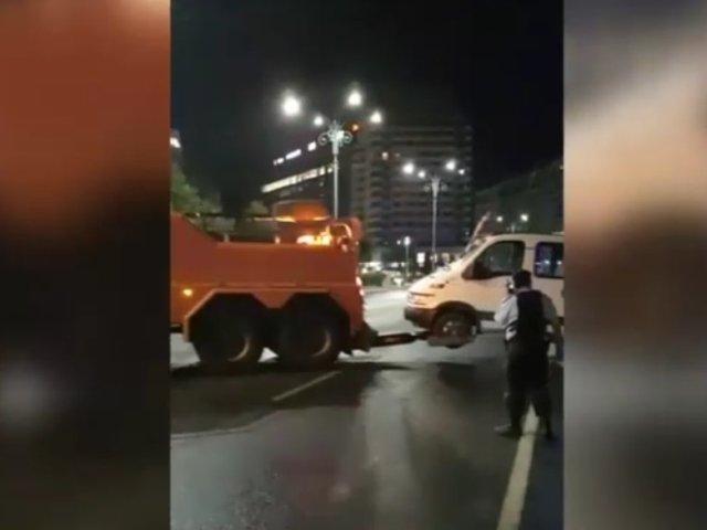 Rulota parcata in Piata Victoriei inca de joi a fost ridicata/ VIDEO