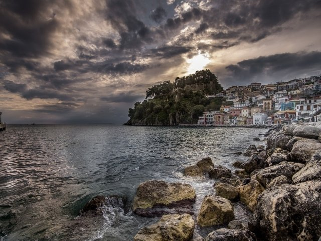 Vreme nefavorabila cu ploi, grindina si vijelii in Grecia