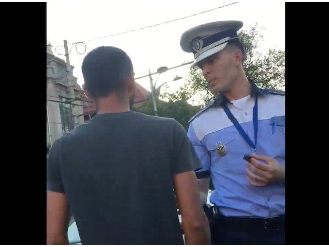 Politia Capitalei, dupa ce un politist i-a spus unui sofer sa dea jos drapelul de pe masina / VIDEO