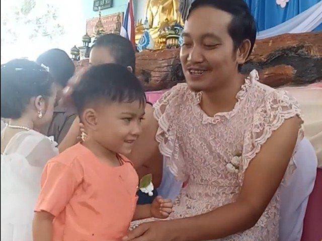 Gestul emotionant al unui tata, la serbarea dedicata mamelor / VIDEO
