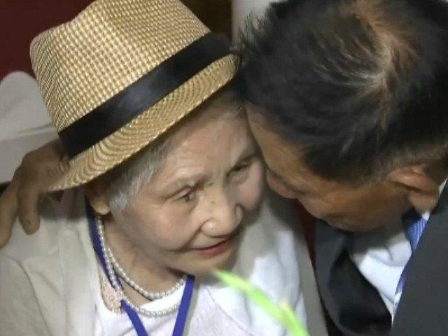 S-au vazut pentru prima oara in 68 de ani: reuniunea emotionanta dintre o mama si fiul ei / VIDEO
