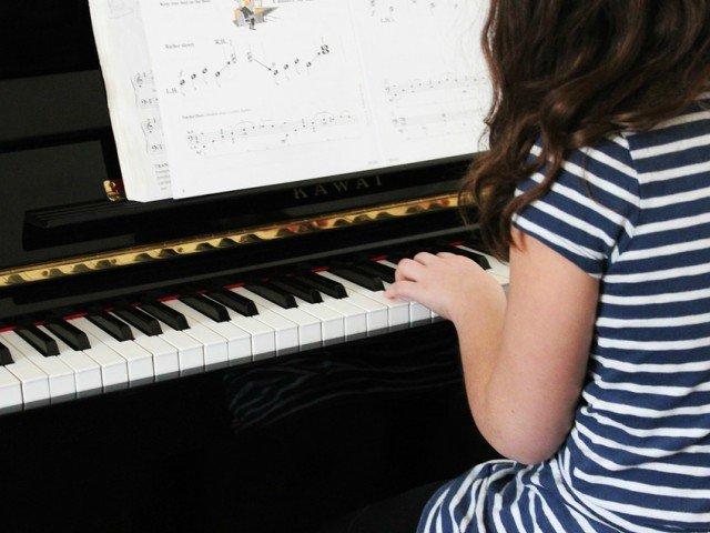 10 beneficii de care te poti bucura daca inveti sa canti la un instrument muzical