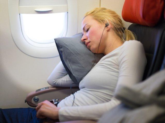 Nu poti dormi in avion? 10 trucuri de la experti care iti vin in ajutor