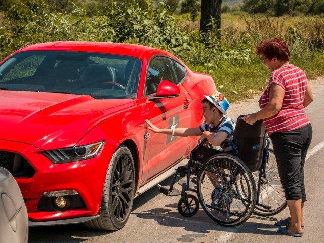 Surpriza unui copil bolnav: i-au venit 12 masini Mustang la poarta