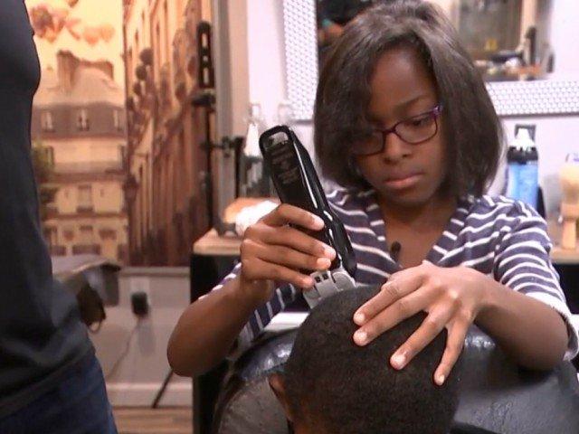 O fetita de 7 ani a devenit frizer pentru a oferi tunsori gratuit