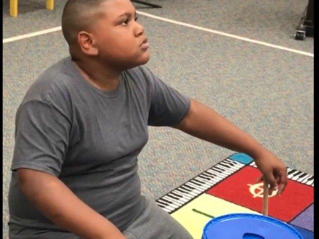 Reactia emotionanta a unui elev cand primeste de la profesorul sau un set de tobe / VIDEO
